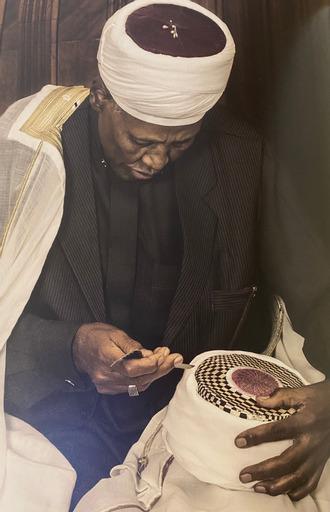 Ağa İmam Hüseyin Zeyno, sarığının tepe kısmını nakşediyor-fotoğraf-Adil El Qureyşi.jpg