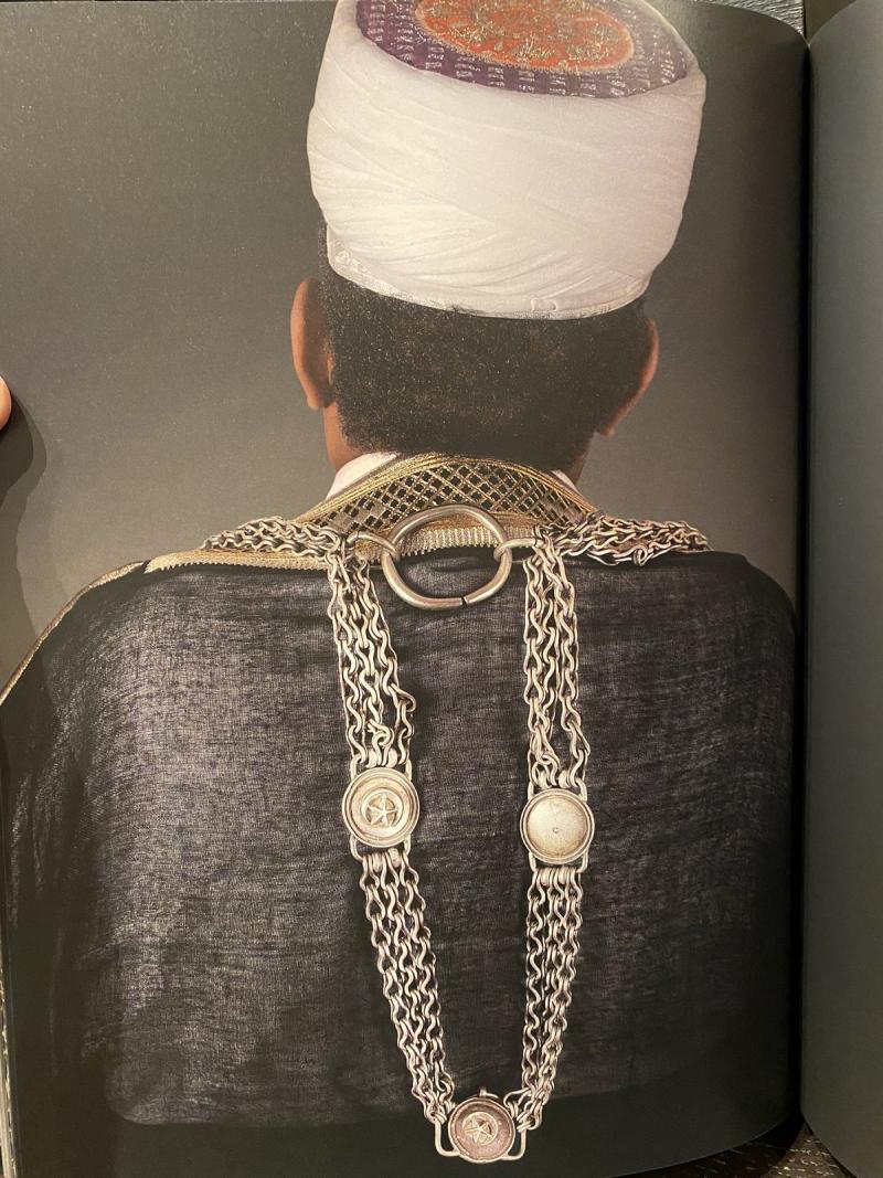Mescidi Nebi'nin anahtarlarını boynunda taşıyan bir Hizmet Ağası.jpg