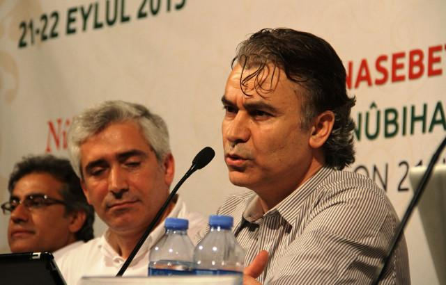 Kobanili Kürt yazar Jan Dost, 22 Eylül 2013'te Nûbıhar dergisinin dil ve din konulu sempozyumunda konuşuyor-kaynak-haber.com_.jpg