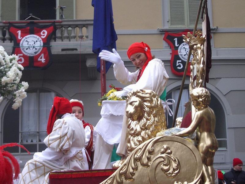 İtalya-Ivrea yöresinde Mugnaia Karnavalı, muhtemelen İlk Gece Hakkı'na karşı isyanı kutlayarak anıyorlar .jpg