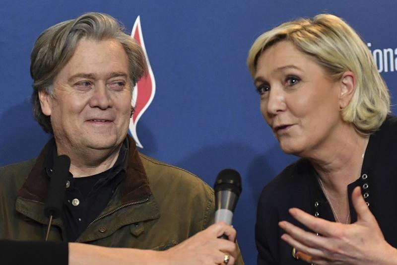 Bannon ve Le Pen.jpg