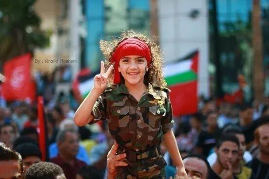 Filistinli bir kız gösteri sırasında.jpg
