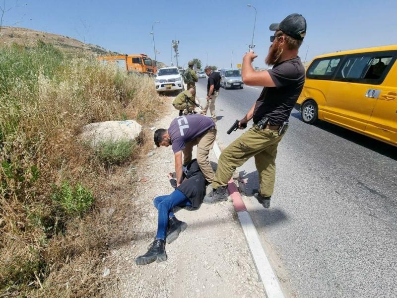 İsrail askerleri ve fanatik dinci Siyonistler tarafından yakalanıp zulmedilen bir Filistinli.jpg