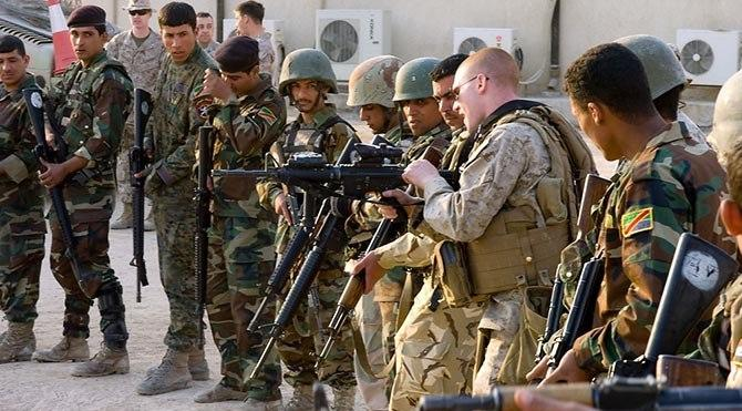 Irak Kürdistan bölgesinde Peşmerge güçleri ve Amerikan askerleri.jpg