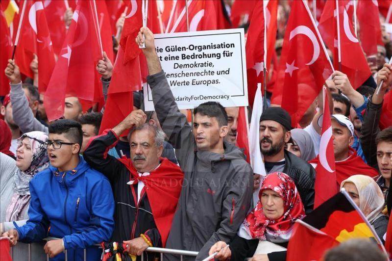 Raporda, Avrupa'da nüfuzunu güçlendirmeye çalışan Türkiye'nin din ve milliyetçilik temelinde gösteriler düzenlediğine işaret ediliyor-fotoğraf-A.jpg