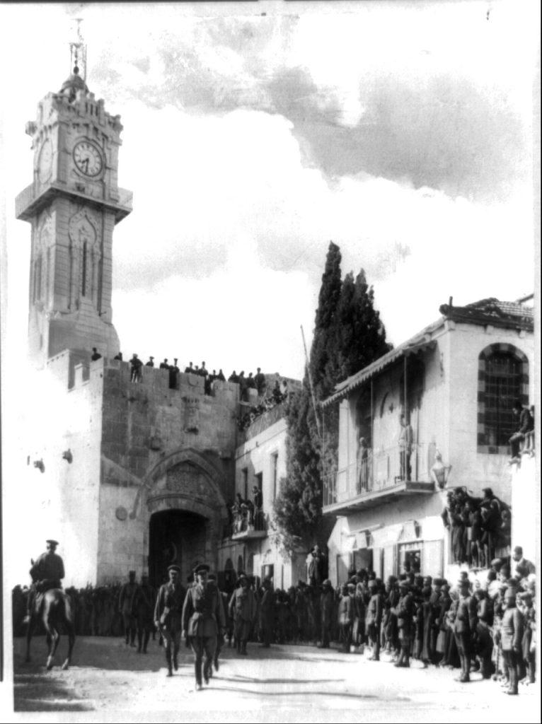 Osmanlı ordusunun hezimetinden sonra General Edmund Allenby komutasında Kudüs'e giren İngiliz birliği.jpg