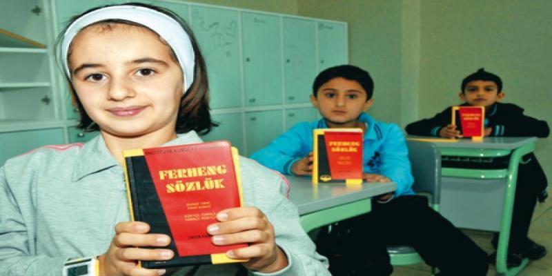 Anadilinde eğitim alan çocuklar Kürtçe Sözlük kitabıyla .jpg