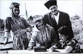 Kürtler tarlada bile okur yazarlık öğreniyerler-Sovyet dönemi Ermenistan.jpg