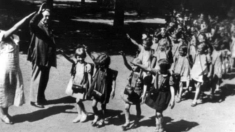 Yıl 1933, Nazilerin yükseliş devrinde okul çocukları-kaynak- picture alliance, dpa, servant.jpg