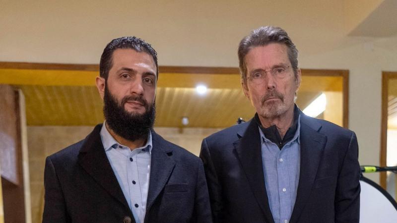 HTŞ cihatçıları lideri Abu Muhammed El Colani, Amerikalı gazeteci Martin Smith ile söyleşiyor. Maksat terörist listesinden çıkmak. Foto, Scott Anger.jpg