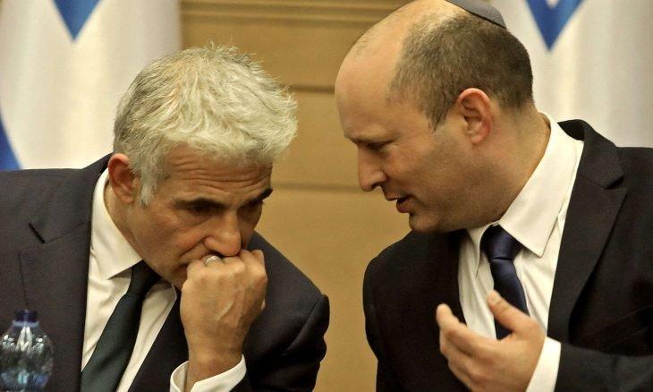 İsrail koalisyon hükümetinin iki önderi Naftali Benett ve Yair Lapid.jpg