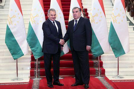Rusya Savunma Bakanı Sergey Şoygu ve Tacikistan Başkanı İmamali Rahman-Reuters.jpg