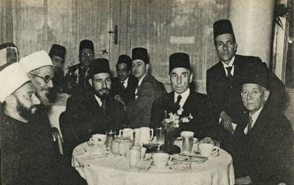 Aziz Ali El Mısri, İhvan lideri Hasan El Benne'nin de arasında bulunduğu Mısırlı siyasi ve dini önderlerle .jpg