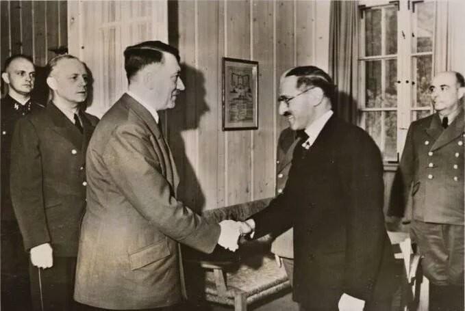 İşgalci İngiltere'ye karşı mücade eden Iraklı Raşid Ali Geylani, hayran olduğu Hitler'le görüştü..jpg