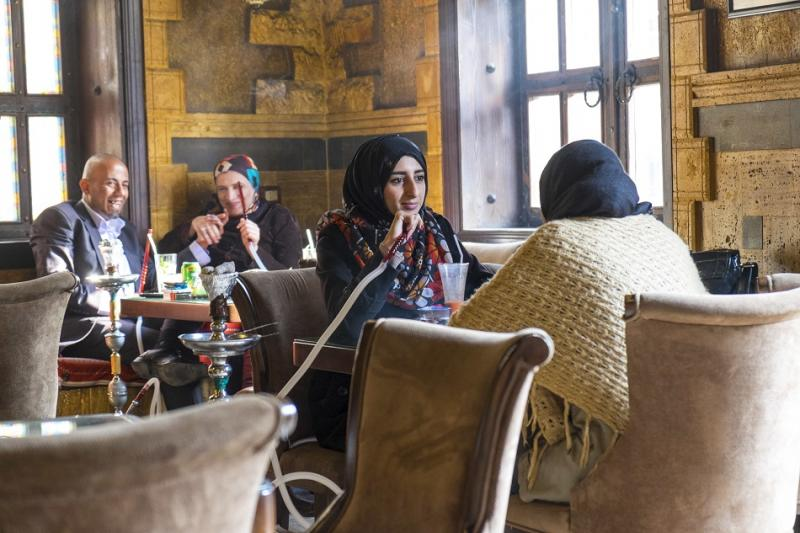 (El Ne der) düşünsesi kadını esir alıyor, elini kolunu bağlıyor, Fotoğraf- Peter Adams.jpg