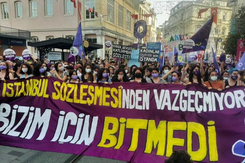 İstanbul Sözleşmesi, toplumun geniş kesimleri tarafından benimsenmişti. İptal edilmesi de büyük tepki yarattı. Fotoğraf, Ekmek ve Gül.jpg