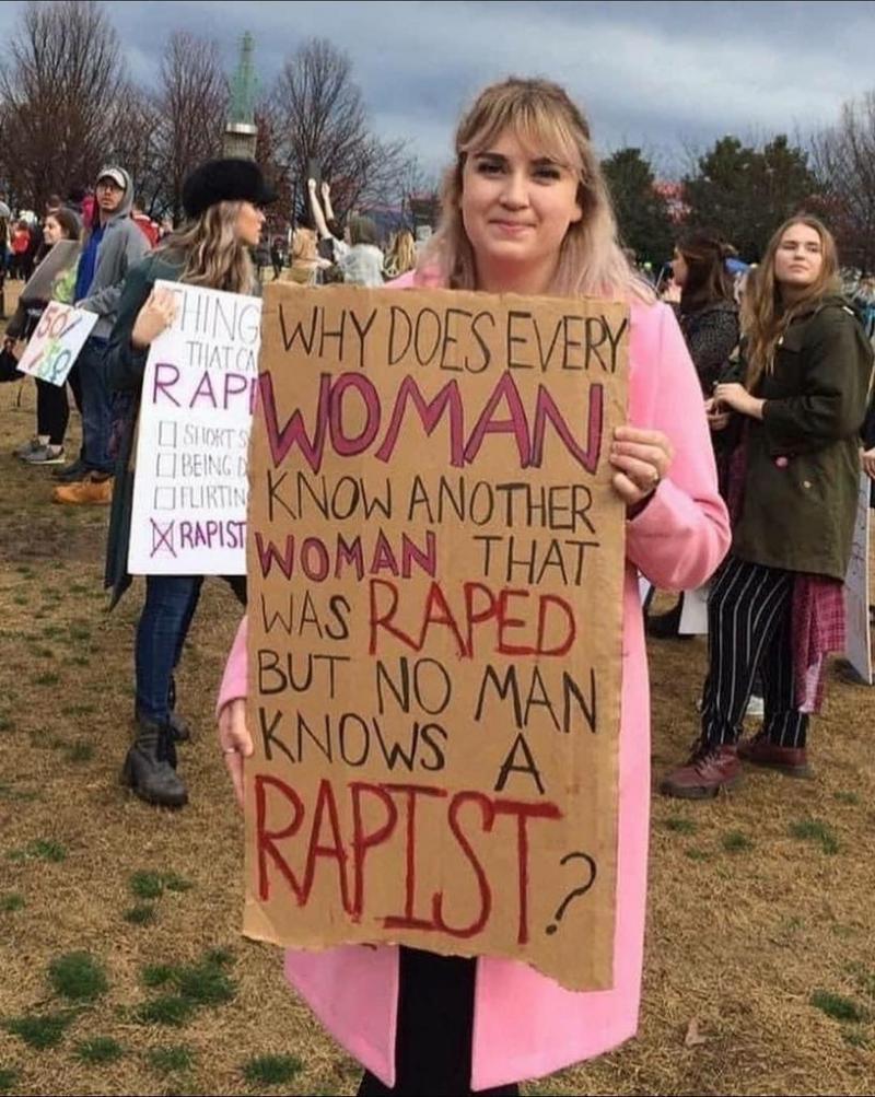 Tabelada şu yazılı (Niçin her kadın bir diğerini tecavüze uğramış olarak  biliyor da, hiçbir erkek tecavüzcüyü diye tanımiyor).  .jpg