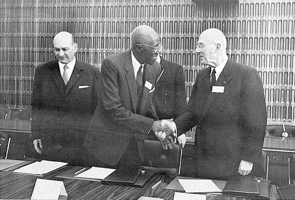 Lamine-Guèye 1967'de Francophonie toplantısında, (resimde ortadaki).jpg