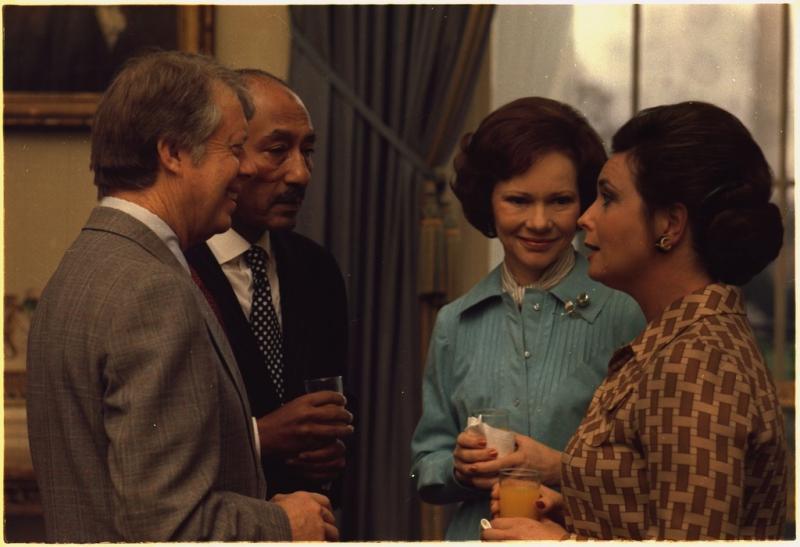 ABD Jimmy Carter ile eşi Rosalynn,Enver Sedat ile Cihan Hanım, 1977. Cihan Hanım'ın Carter ile dans etmesi Mısır muhafazakarları arasında kıyame.jpg