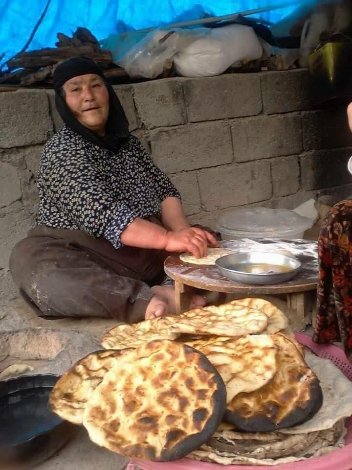 Sacda ekmek pışiren Şeyhbızıni kadını-Kerkük.jpg