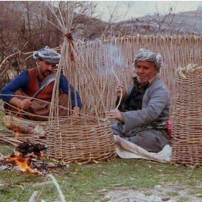 Sepet ören iki Şeyhbızıni köylüsü-Irak.jpg