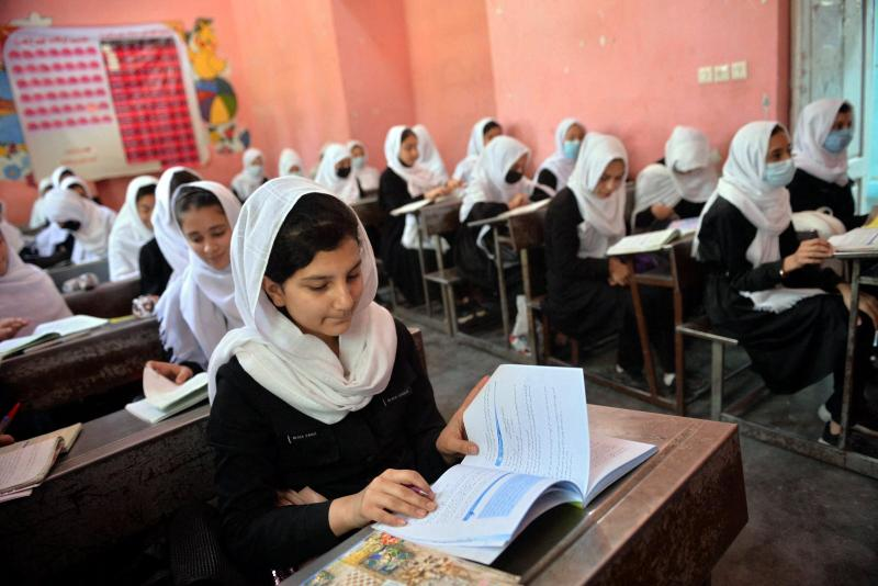 Herat'taki bir okuldaki öğrenci kızlar-9 Mayıs 2021-AFP.jpg