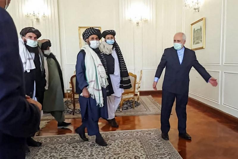 İran Dışışleri Bakanı M, Cevad Zarif, Taliban siyasi temsilcisi Molla Abdulgani Bradar'i aığrlıyor, 31 Ocak 2021, Tahran. AFP.jpg