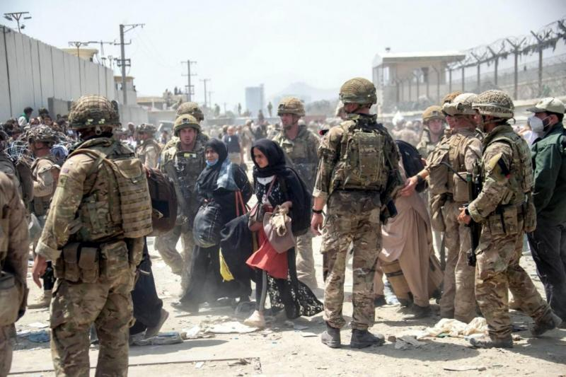 Panik halindeki Afgan siviller, Kâbil havaalanı çevresine akın ediyorlar.jpg
