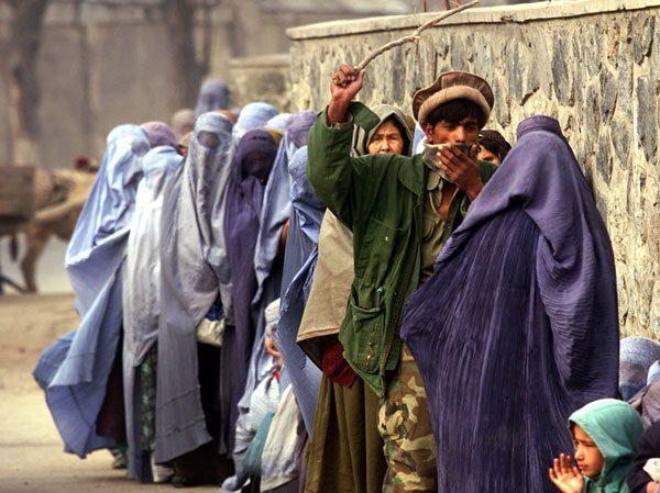 Taliban milisi, kadınları çubukla korkutup denetliyor_.jpg