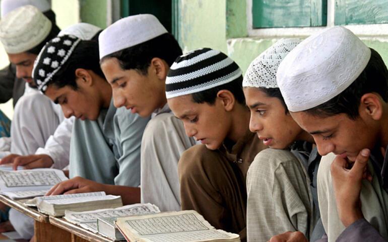 Afganistan'daki Spin Cumad medrese öğrencileri-Haydarabad.jpg