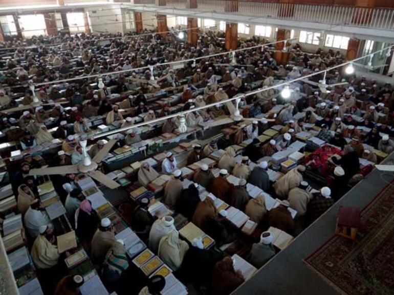 Pakistan'daki aşiret bölgesinde kurulu ve 4 bin öğrenci kapatisetili Akora Khattak Medresesi. Taliban'in kurucu lideri Molla Ömer ile ikinci ismi Şeyh Halid Hakkani de buradan icazet aldılar.jpg