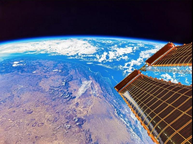 uzay istasyonu güneş panelleri.jpg