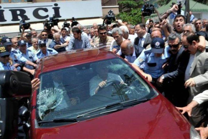 Eski Bakan S. Oktay Ergenekon Operasyonu sırasında evinde gözaltına  götürülürken, kendisini sevenlerin protestosuna yol açmıştı .jpg