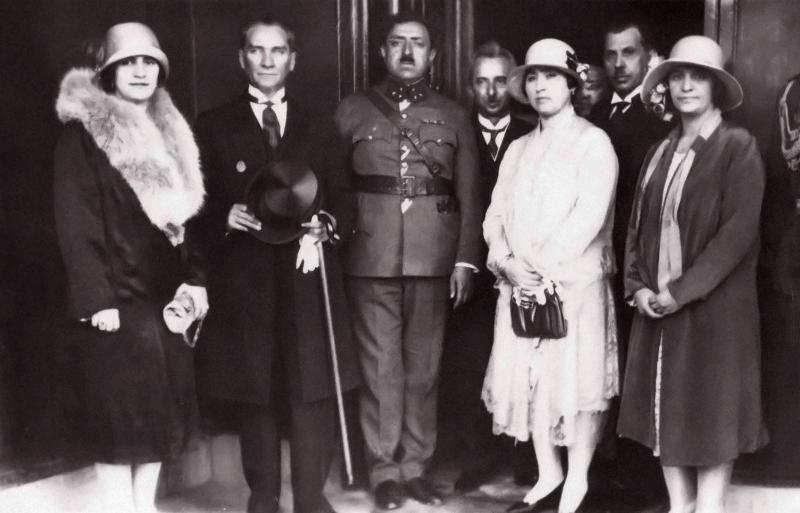 Afganistan Kraliçesi Süreyya, , Mustafa Kemal, Afganistan Kralı Emanullah, , İsmet İnönü, Müveddet Özalp, Kazım Özalp, Kraliçe Süreyya'nın karde.jpg