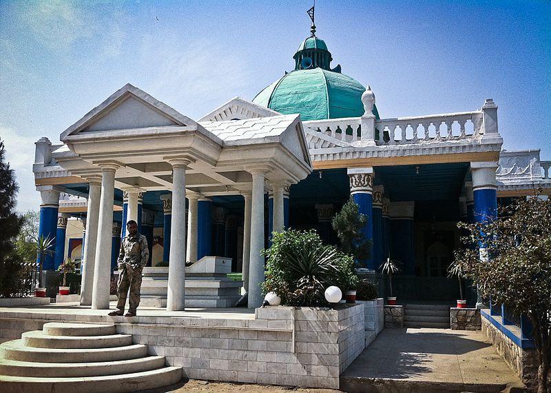 Kral Emanullah ile eşi Süreyya'nın Celalabad mezarlığındaki türbesi.jpg