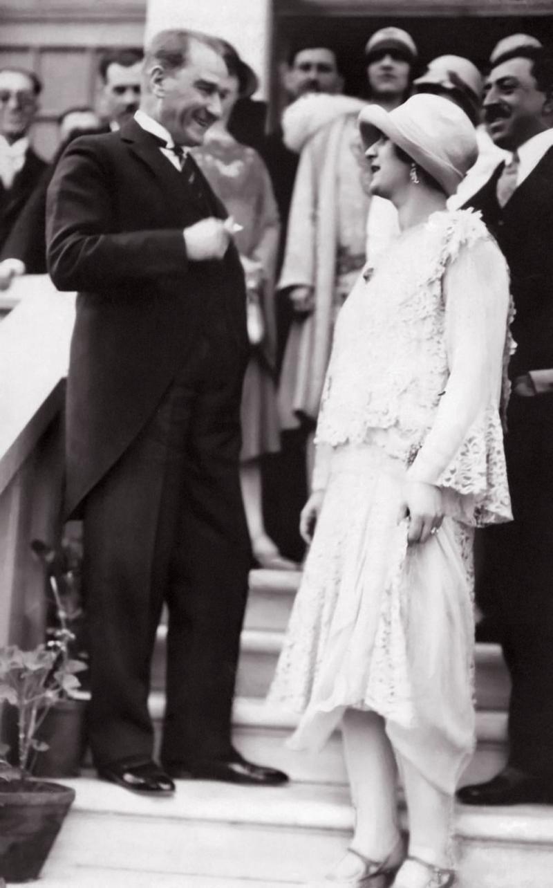 Afganistan Kral ve Kraliçesinin Ankara ziyareti, Mustafa Kemal  ile Kraliçe Süreyya Tarzi, Çankaya Hariciye Konağı 23 Mayıs 1928.jpg