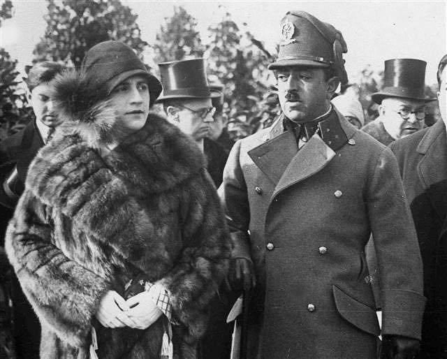Sürgün döneminde Kral Emanullah ile Kraliçe Süreyya.jpg