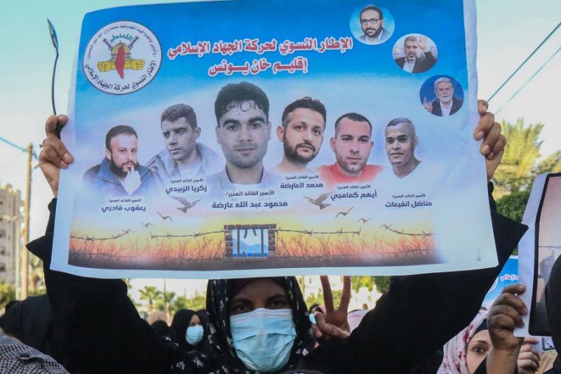 Firari Filistinlilere destek veren Han Yunus'taki İslami Cihad yanlısı kadınlar. Firar edenlerin fotoğrafları afişte öne çıkarılmış. Kaynak-İnde.jpg