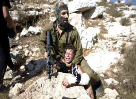 İsrail askeri Filistinliye şiddet uygularken-Kaynak- Ray El Yom.jpg