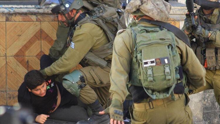 İsrail askerleri 10 yaşındaki Filistinli çocuğu darp ediyor. 24 Eylül 2021. Kaynak-Anadolu Ajansı.jpg