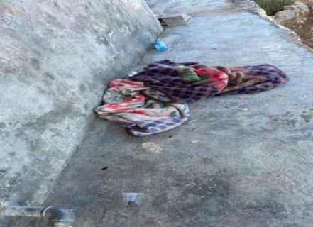 İsrail birliklerince katledilen gencin örtülü cesedi.jpg