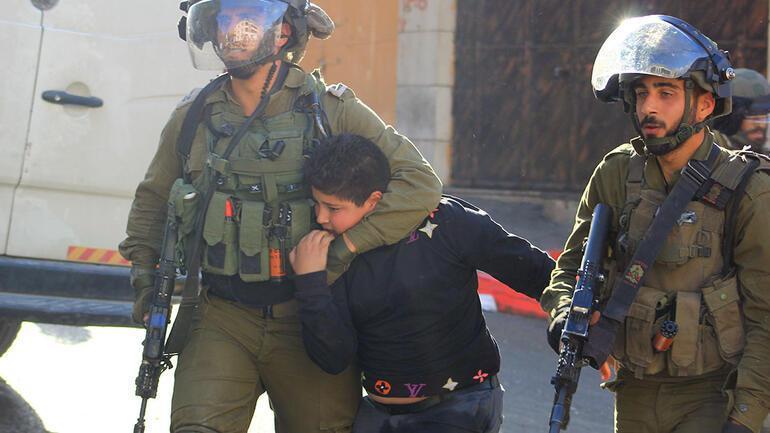 İşgal altındaki El Halil kentinde İsrail askeri, bir Filistinli çocuğu gözaltına alıyor. Kaynak-Anadolu Ajansı.jpg