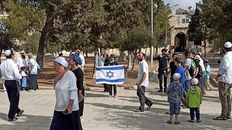 Mescid-i Aksa'yı basan fanatik Yahudiler İsrail bayrağı açtılar. 27 Eylül 2021-Kaynak-Anadolu Ajansı_.jpg