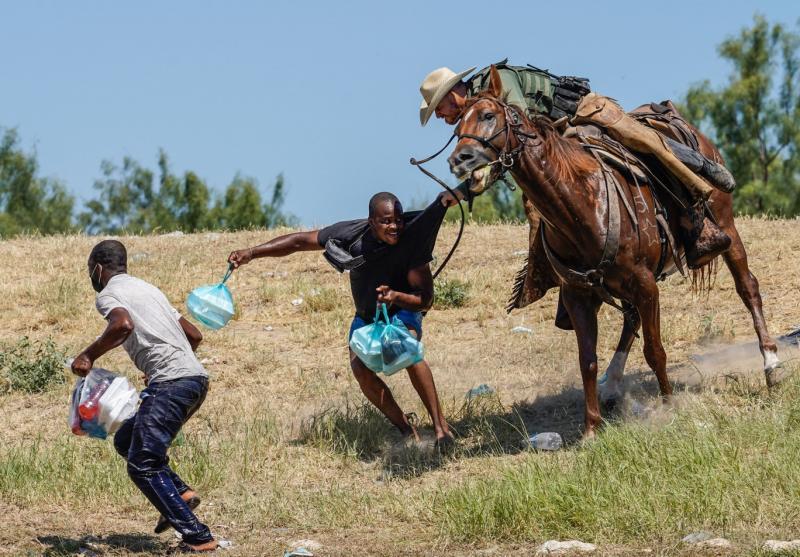 ABD sınır devriyesi ve Haitili göçmenler (AFP).jpg