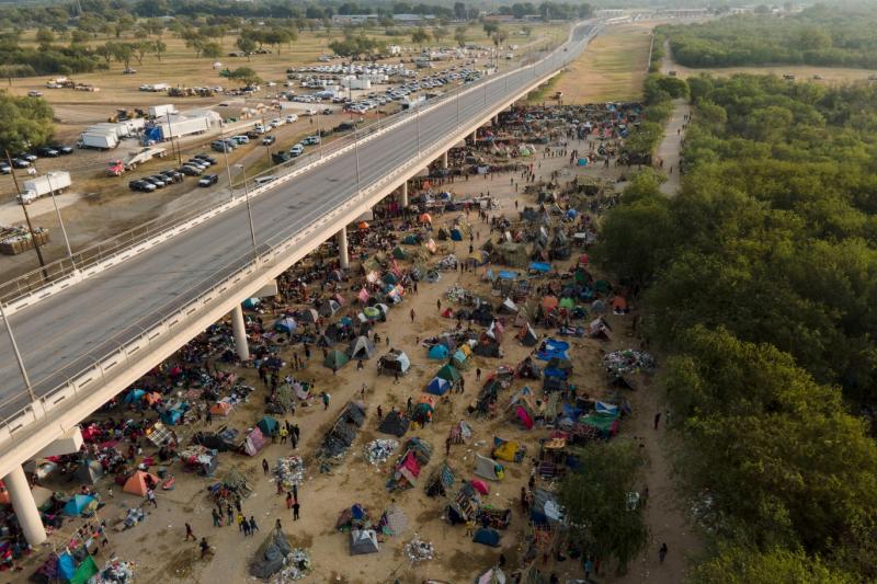 Del Rio köprüsü altında Haitili göçmenler (AP).jpg