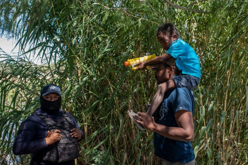 Haitili göçmen ve Meksika polisi (AP).jpg