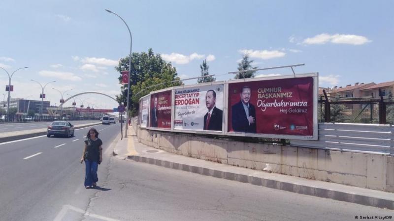 R. T. Erdoğan'ın Diyarbakır ziyareti duyuru afişleri-Temmus 2021. Kaynak- DW, Foto, Serhat Altay .jpeg