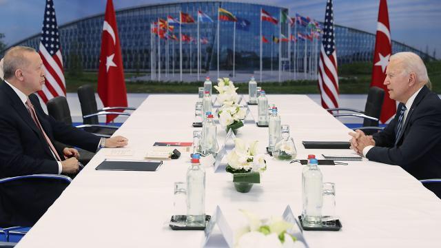 Cumhurbaşkanı R. T. Erdoğan ile ABD Başkanı Joe Biden, Brüksel'deki NATO zirvesi görüşmesinde Kürt meselesine de değinilmiş.Foto-Aanadolu Ajansı .jpg