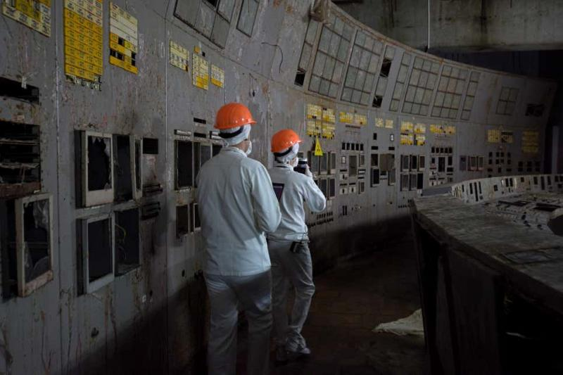 Reaktör 3'teki kontrol odasında yürüyen bilim adamları..jpg