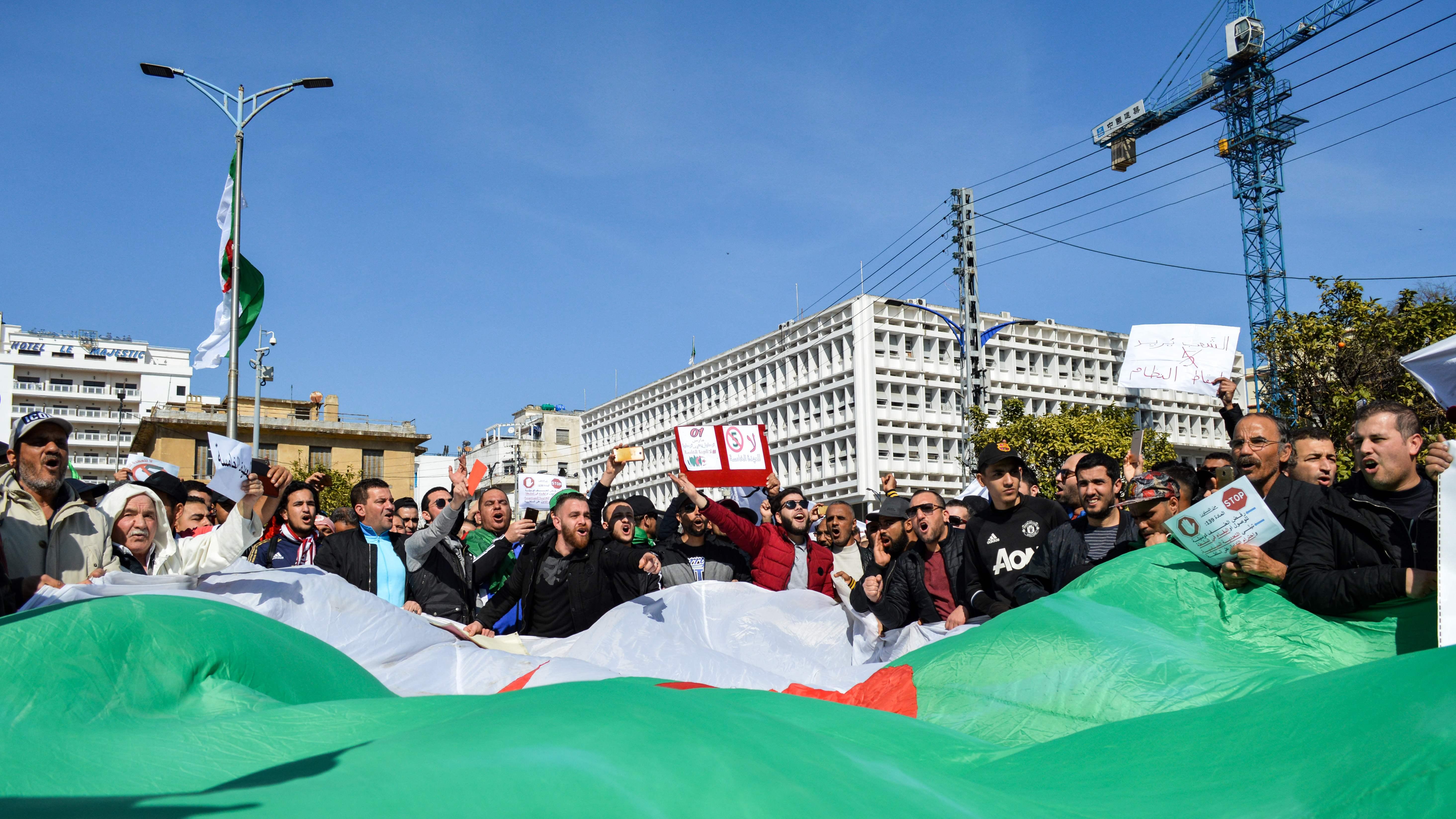 Cezayir'in kuzeydoğusundaki Annaba kentinde protestolar sürüyor (AFP).jpg